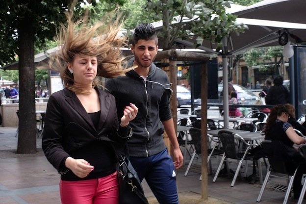 Malgosia Magrys. Street photography TOULOUSE_ Couple hair wind / Documentary photography